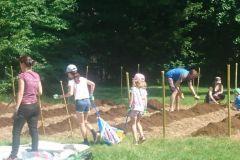Préparation de la terre avec du compost