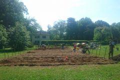 Le terrain du jardin est prêt pour les plantations.