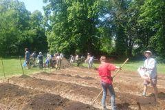 Les jardiniers créent la nouvelle parcelle et placent les allées.