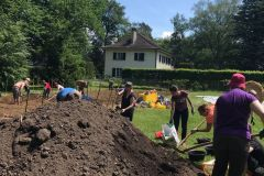 Les jardiniers creusent dans la terre.