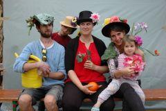 Cinq jardiniers posent avec leur déguisement.
