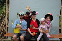 Mercedes, Paul, une jardinière et 2 enfants posent pour la photo.